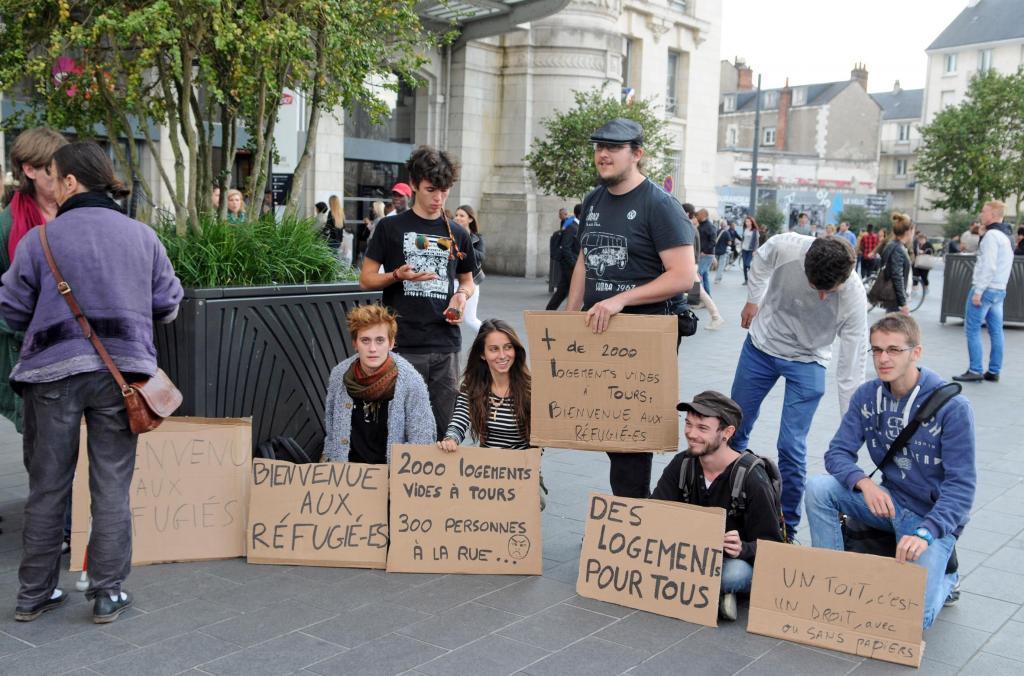 À Tours, récemment, des manifestants avaient fait pression sur la municipalité, rappelant que la Ville comptait plus de 2 000 logements vides. (Photo Hugues Le Guellec)
