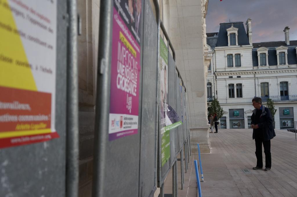Faible affluence devant les panneaux électoraux.