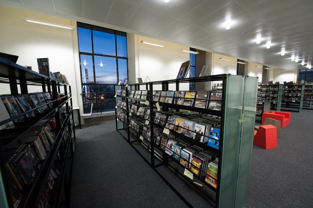 """19 000 CD et 4 800 DVD sont à dispositions dans la section """"discothèque"""" (Photo E.S)"""
