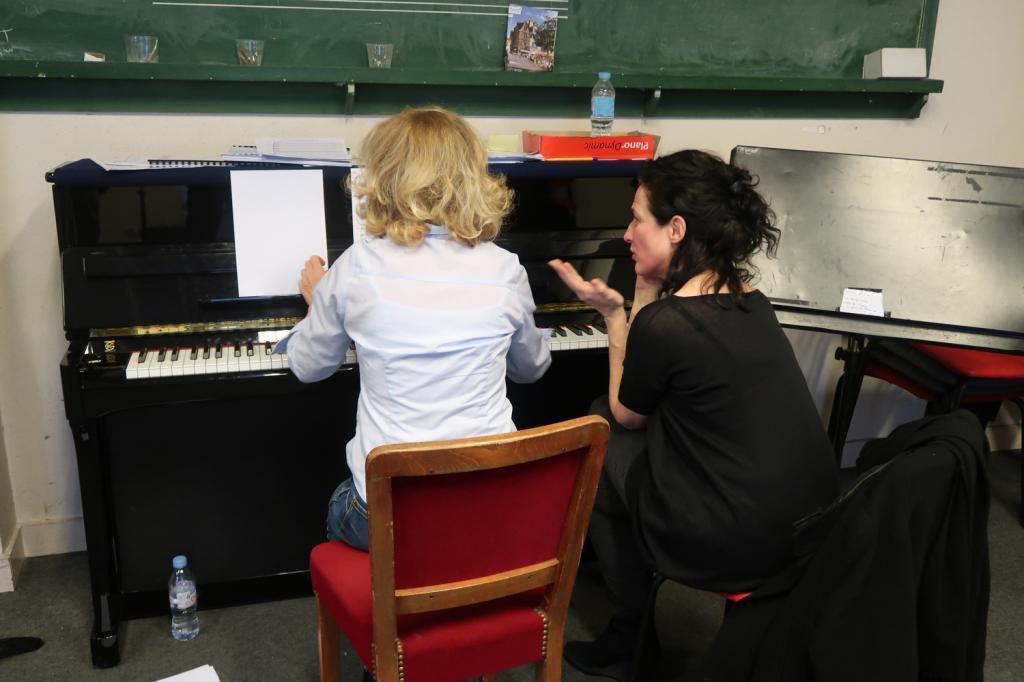 Claire Diterzi travaille avec la cheffe de chœur, Sandrine Abello, de L'Arbre en Poche.