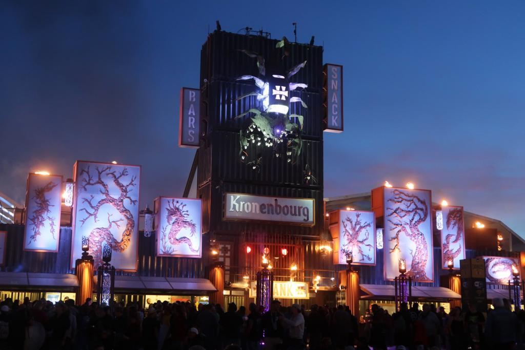 La décoration du Hellfest est stylisée à l'extrême (Photo tmv)
