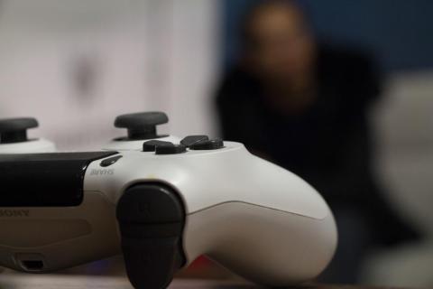 Une personne extérieure qui adopte une critique constructive sur le comportement d'un grand adepte de jeux vidéo peut l'aider à limiter sa pratique. Photo : Lorenza Pensa