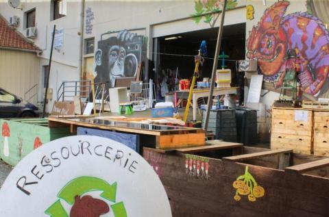 Des grafitis, des bacs de compostage, l'extérieur de la ressourceriez est aussi atypique que l'association. Photo : Alizée Touami