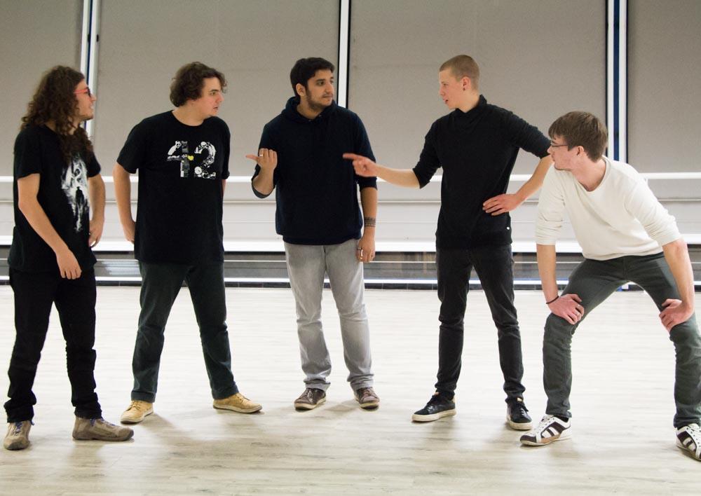Avec seulement quelques secondes de préparation, les comédiens en herbe s'éclatent dans l'impro, sans le jugement des autres. Photo : Lorenza Pensa
