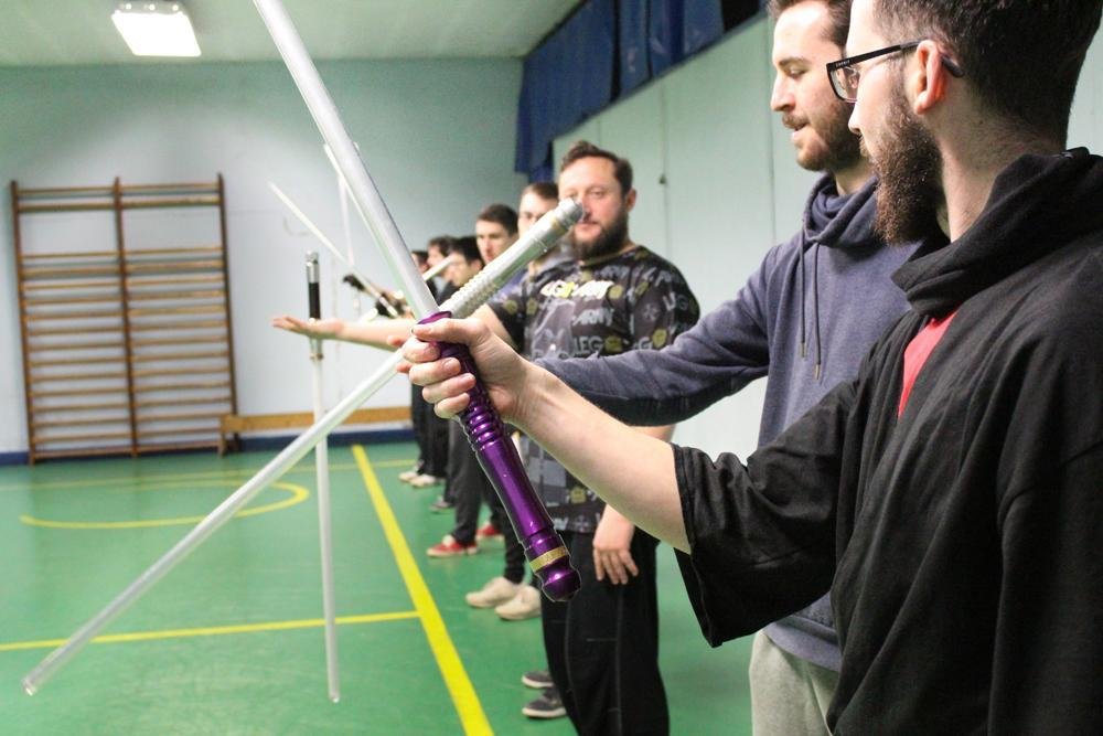Savoir manier le sabre :c'est la première phase de l'apprentissage, avant de passer au combat. Crédit : Alizée Touami