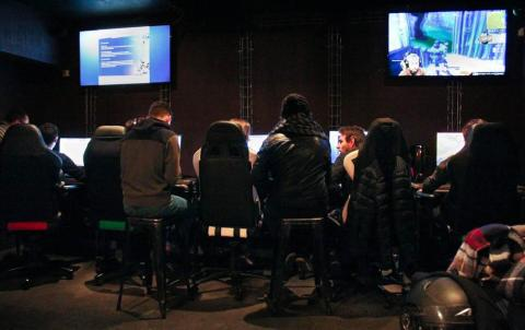 Au fond du bar, les gamers peuvent jouer en équipe et participer à des tournois. Photo : Alizée Touami