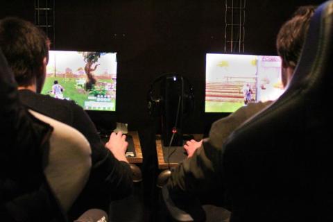Si le joueur cherche à rencontrer des personnes grâce aux jeux vidéo. L'aider à faire des rencontres par le biais d'une activité extra-scolaire par exemple peut être utile. Photo : Alizée Touami