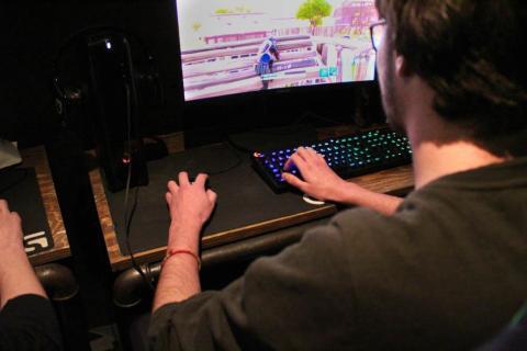 Le Meltdown offre la possibilité aux amateurs de jeux vidéo de pratiquer leur passion en dehors de chez eux.  Photo : Alizée Touami