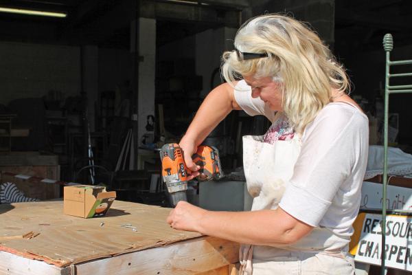 L'atelier bricolage prend ses quartiers au soleil. Au menu, réparation d'objets cassés et fabrication d'un bac de stockage par Michelle.