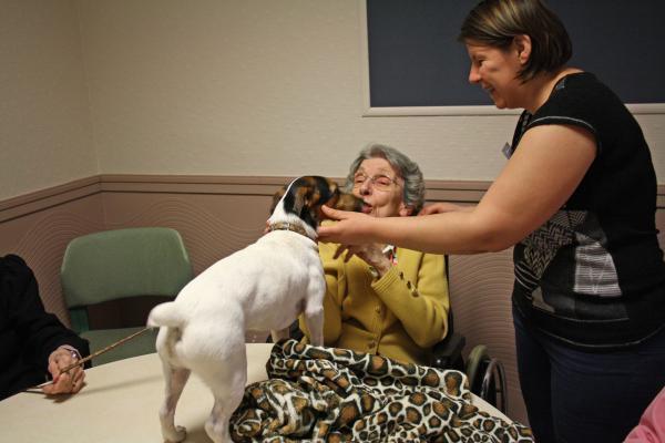 Même si les effets cliniques de la zoothérapie sont controversés, l'interaction permet d'apporter du bien-être aux patients.