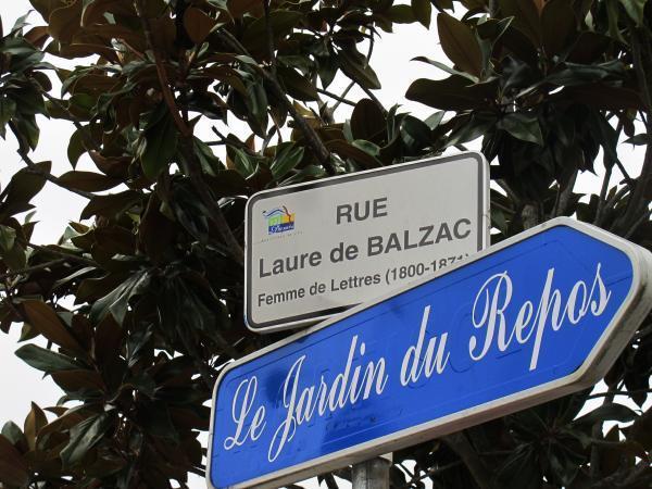 Trop d'Honoré de Balzac tue l'Honoré. Ici, on met à l'honneur sa soeur. Laure de Balzac possède une autre rue, à Paris, appelée rue Laure-Surville, son nom de femme mariée.