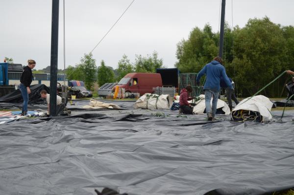 Hier soir, une centaine de bénévoles démontaient les structures du festival.