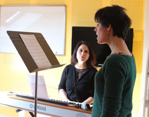 En cours de chant, il faut donner de la voix... et des émotions