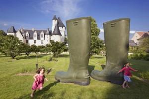 Des installations temporaires et permanentes animent le château du Rivau crédit photo Steven Fremont