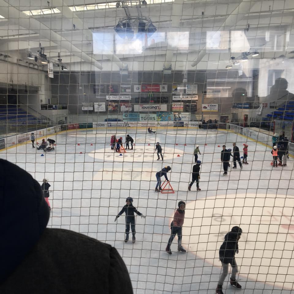 À la patinoire, des élèves en fauteuil roulant ont découvert le hockey-luge avec l'équipe des Remparts.