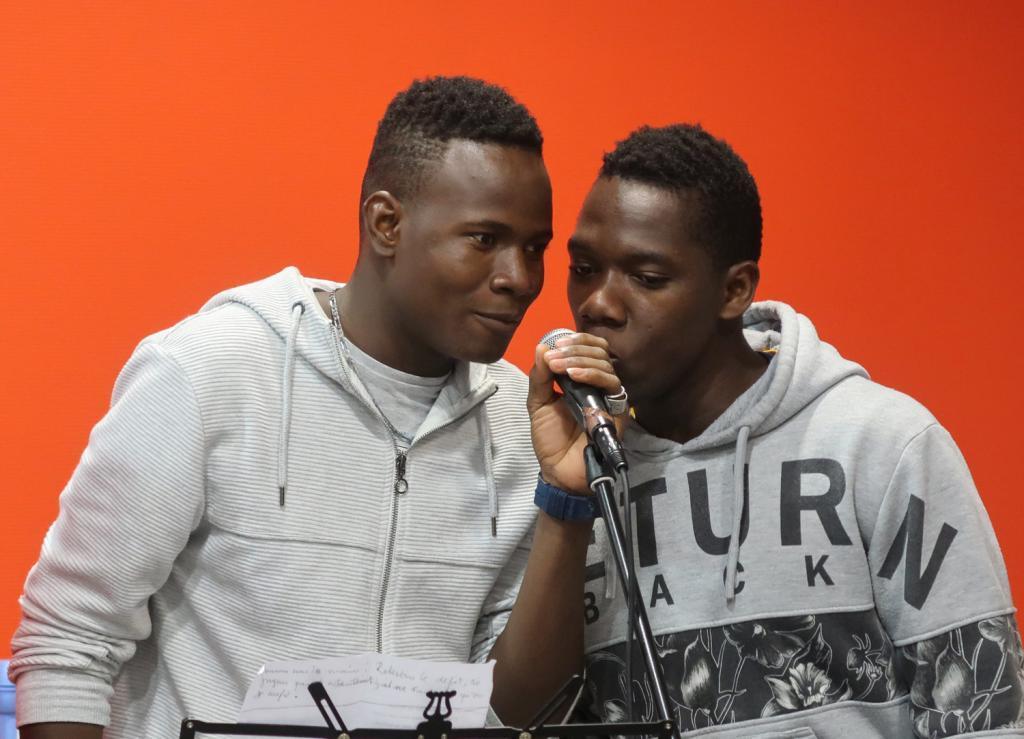 """Alya, le """" rigolo """" (à droite) et Ibrahima, le """" grand """" passent le message : « Nous sommes tous les mêmes »."""