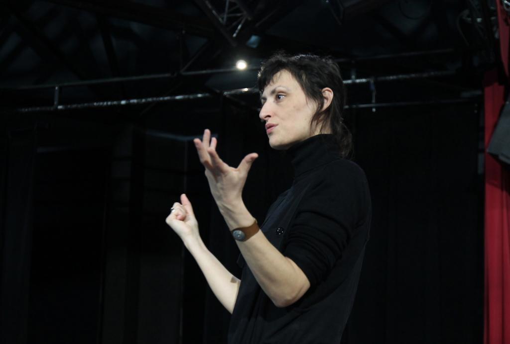 Angélique Cormier dirige l'ensemble à l'aide de signes, le langage universel du soundpainting.