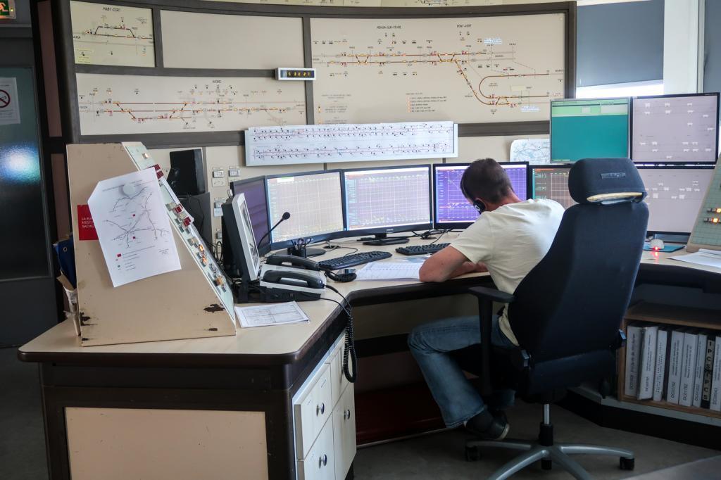 Au centre opérationnel de la gestion de la circulation, le régulateur est en relation avec les agents de circulation.