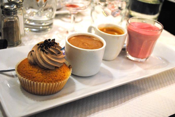 Le café gourmand inoubliable. Une mousse au chocolat tombée du ciel, un accompagnement framboise auquel on a dédié un poème et un gâteau jonché de pépites de chocolat qui crépitent sur la langue....