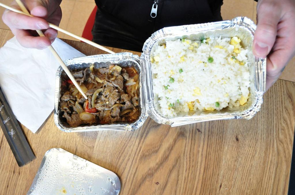 Boeuf au curry et riz cantonnais. La viande un peu caoutchouteuse, baignant dans le jus et les oignons. Mais plutôt mangeable.