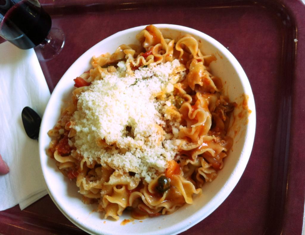 Un plat de pâtes,  évidemment ! Ici : sauce tomate, jambon, petits pois. Et le parmesan est un régal !