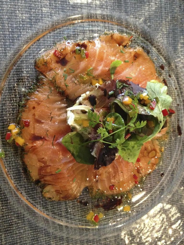 Frais et plein de saveurs, ce carpaccio de saumon, accompagné de la petite salade de mesclun qui va bien avec...