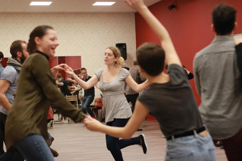 Plusieurs soirs par semaine, des dizaines d'amateurs viennent apprendre le swing. Photo : Manon Vautier-Cholet/ EPJT.